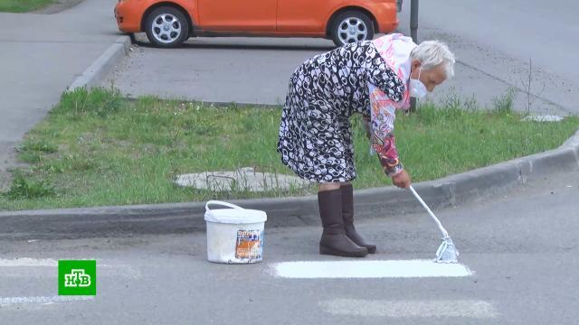 Пенсионерка сведром краски самостоятельно обновила разметку на перекрестке.Алтайский край, дорожное движение, пенсионеры.НТВ.Ru: новости, видео, программы телеканала НТВ