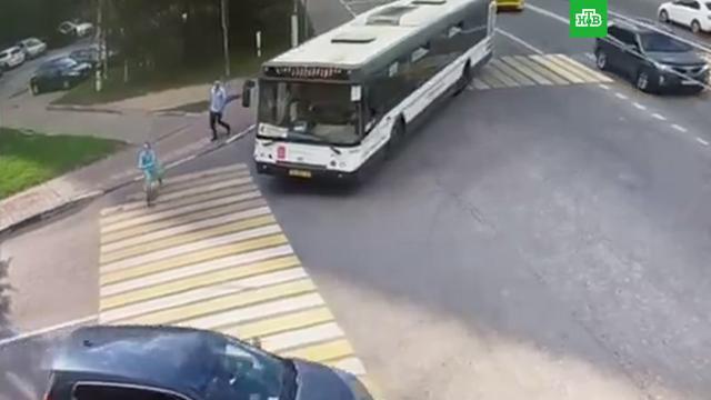 Появилось видео смертельного наезда автобуса на школьницу вХимках.НТВ.Ru: новости, видео, программы телеканала НТВ