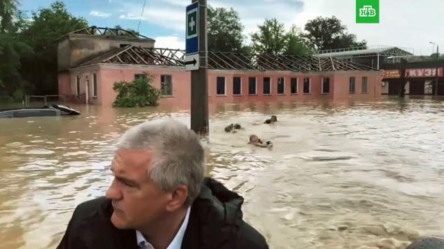 Трое мужчин плыли за надувной лодкой Аксёнова в затопленной Керчи.Крым, стихийные бедствия, наводнения.НТВ.Ru: новости, видео, программы телеканала НТВ