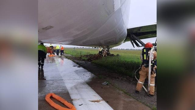 Источник: Boeing 767 выкатился за пределы ВПП в Симферополе из-за дождя.Стали известны подробности ЧП в аэропорту Симферополя, где при посадке за пределы ВПП выкатился Boeing 767.Симферополь, самолеты.НТВ.Ru: новости, видео, программы телеканала НТВ