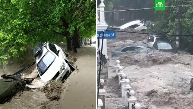 Потоки воды смывают машины вЯлте.Крым, Ялта, наводнения.НТВ.Ru: новости, видео, программы телеканала НТВ