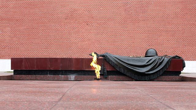 Минута молчания. Возложение цветов к Могиле Неизвестного Солдата.В день начала Великой Отечественной войны в России традиционно объявляют минуту молчания. Она начинается в 12:15 по московскому времени: в это время в 1941 году жителям СССР официально объявили о начале войны.НТВ.Ru: новости, видео, программы телеканала НТВ