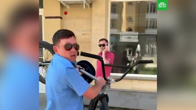 Нападение казаков на велосипедистов вСтаврополе попало на видео.Ставрополь, драки и избиения, казаки.НТВ.Ru: новости, видео, программы телеканала НТВ