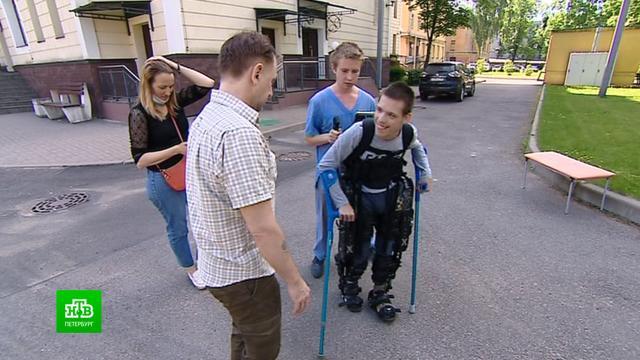 Прославившийся всоцсетях подросток сДЦП учится ходить вэкзоскелете
