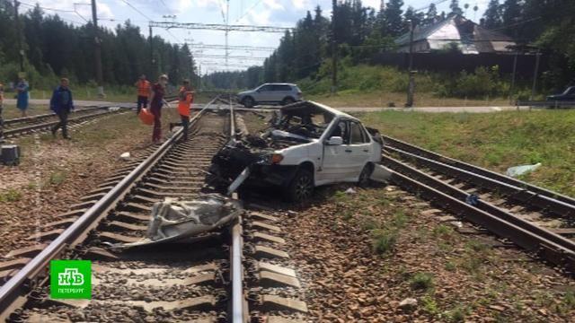 Три человека погибли при столкновении поезда с автомобилем под Петербургом