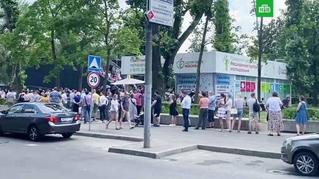 Москвичи выстроились вочереди на вакцинацию «КовиВаком».Москва, вакцинация, коронавирус, прививки.НТВ.Ru: новости, видео, программы телеканала НТВ