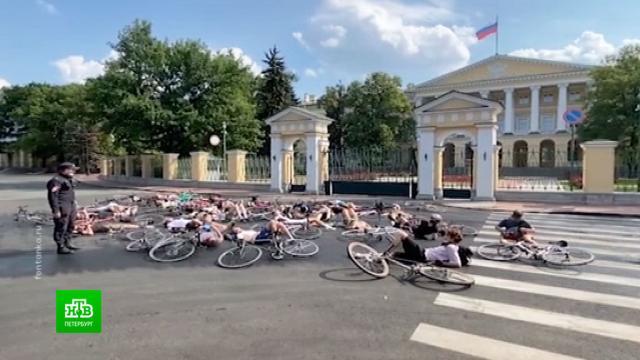 Петербургские велосипедисты устроили «смертельный» флешмоб.ДТП, Санкт-Петербург, велосипеды, смерть.НТВ.Ru: новости, видео, программы телеканала НТВ