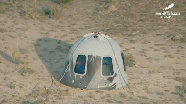 Безос успешно вернулся на Землю после 11-минутного полета вкосмос.Amazon, США, космонавтика, космос, миллионеры и миллиардеры.НТВ.Ru: новости, видео, программы телеканала НТВ