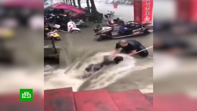 В затопленных районах Китая выпала годовая норма осадков.Китай, наводнения, стихийные бедствия.НТВ.Ru: новости, видео, программы телеканала НТВ