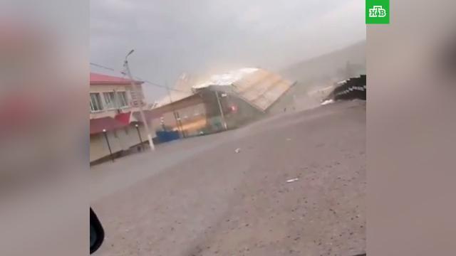 ВБашкирии сорванная ураганом крыша рухнула на девочку.Башкирия, дети и подростки, штормы и ураганы.НТВ.Ru: новости, видео, программы телеканала НТВ