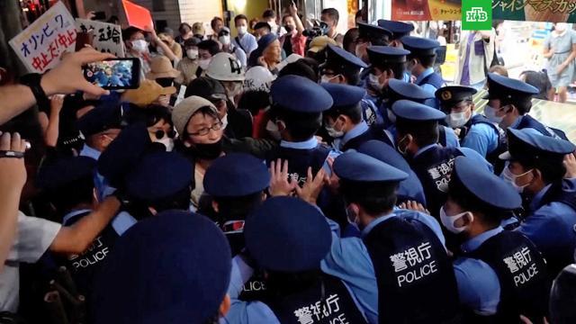 Десятки человек протестуют против Игр уолимпийского стадиона вТокио.Олимпиада, Токио, коронавирус, митинги и протесты.НТВ.Ru: новости, видео, программы телеканала НТВ