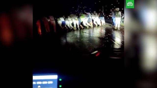 Водители передвинули перевернувшийся грузовик для проезда реанимобиля.ДТП, Новороссийск, врачи, дети и подростки.НТВ.Ru: новости, видео, программы телеканала НТВ