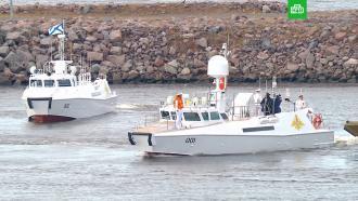 Путин обходит на катере парадную линию боевых кораблей на Кронштадтском рейде