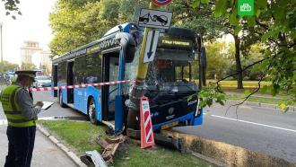 Автобус врезался встолб уздания МГУ