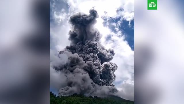 ВИндонезии вулкан Синабунг выбросил столб пепла на 4, 5километра.Индонезия, вулканы.НТВ.Ru: новости, видео, программы телеканала НТВ