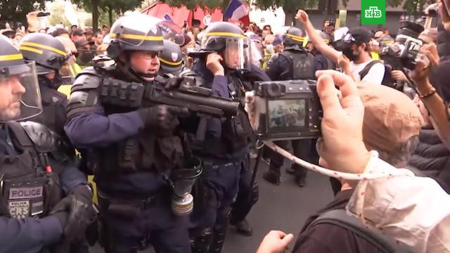 Полиция Парижа применила слезоточивый газ на митинге против вакцинации.Париж, Франция, демонстрации, драки и избиения, коронавирус, митинги и протесты, полиция.НТВ.Ru: новости, видео, программы телеканала НТВ