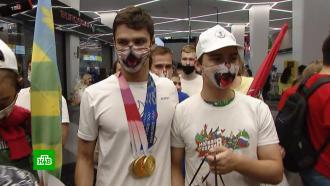 Болельщики устроили флешмоб в масках с котом вместе с «золотым» пловцом Рыловым
