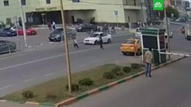 В Москве легковушка сбила двух перебегавших дорогу детей.ДТП, Москва, дети и подростки.НТВ.Ru: новости, видео, программы телеканала НТВ