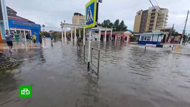 Пляжи смыло, ливни не прекращаются: юг России переживает второе за лето наводнение