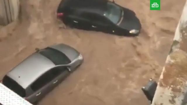 Вода сносит машины: Испания ушла под воду после сильных ливней.Испания, наводнения, погодные аномалии, стихийные бедствия.НТВ.Ru: новости, видео, программы телеканала НТВ