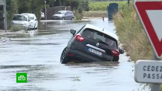 Смытые машины, затопленная школа иразрушения: юг Франции уходит под воду.Франция, наводнения, стихийные бедствия.НТВ.Ru: новости, видео, программы телеканала НТВ