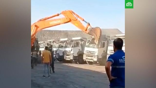 Разгневанный водитель экскаватора уничтожил 5грузовиков.Турция, автомобили, грузовики, зарплаты.НТВ.Ru: новости, видео, программы телеканала НТВ