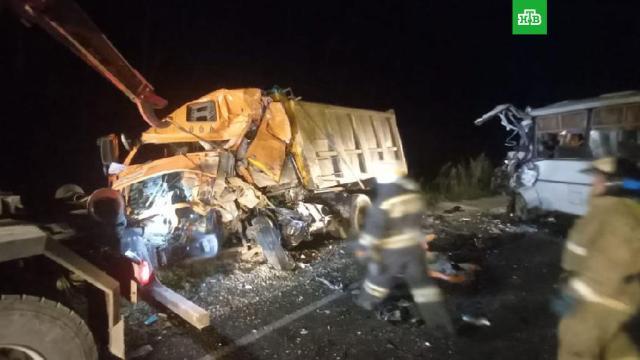 Автобус столкнулся с грузовиком на трассе под Калугой.В ДТП в Калужской области восемь человек получили травмы, трое погибли.ДТП, Калужская область, автобусы, грузовики.НТВ.Ru: новости, видео, программы телеканала НТВ
