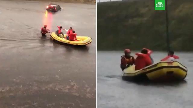 Спасатели на лодках вывозили людей из аэропорта Милана.Италия, аэропорты, наводнения, погода.НТВ.Ru: новости, видео, программы телеканала НТВ