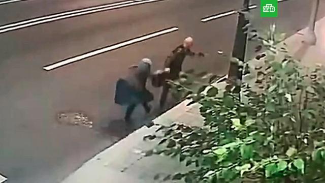 В Москве пенсионерка отбила у грабителя свою сумку.Москва, кражи и ограбления, пенсионеры.НТВ.Ru: новости, видео, программы телеканала НТВ
