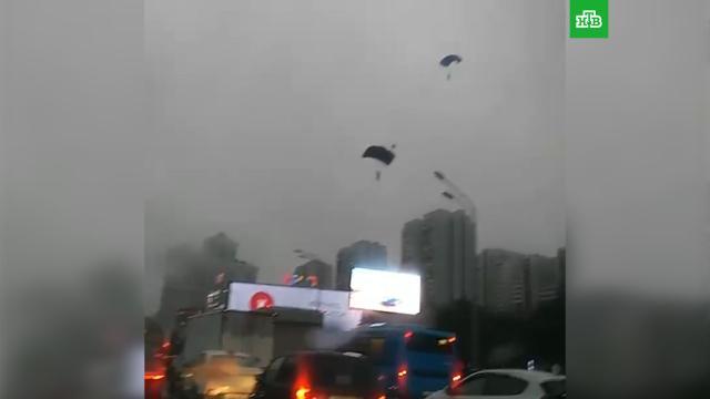 Парашютисты спрыгнули с высотки и приземлились на дорогу в Москве.Москва, парашютный спорт.НТВ.Ru: новости, видео, программы телеканала НТВ