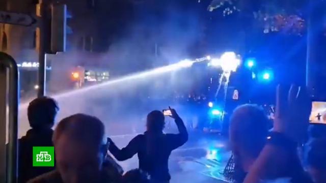 Противников «ковид-паспортов» в Швейцарии разогнали водометами и слезоточивым газом.Швейцария, беспорядки, коронавирус, митинги и протесты.НТВ.Ru: новости, видео, программы телеканала НТВ