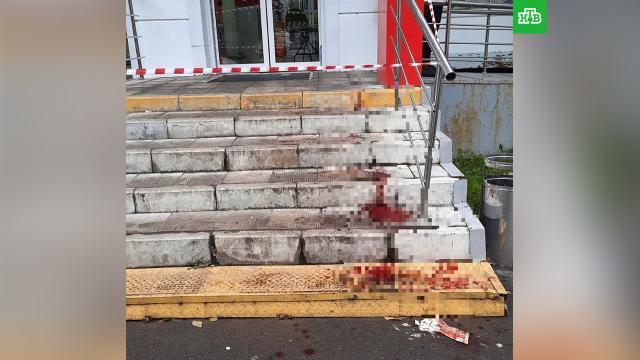 Мужчина вженской одежде напал стопором на покупателей магазина вМоскве.Москва, жестокость, магазины, нападения.НТВ.Ru: новости, видео, программы телеканала НТВ