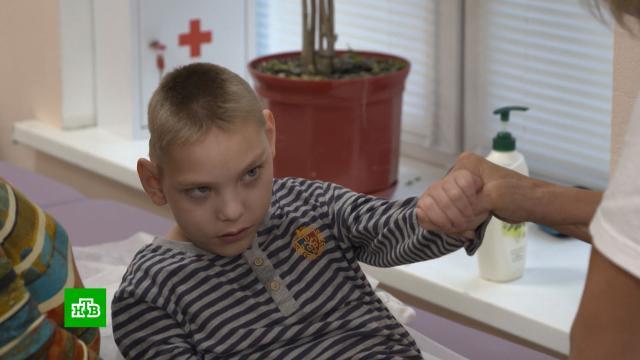 Страдающему ДЦП Максиму жизненно необходим курс реабилитации.SOS, благотворительность, дети и подростки.НТВ.Ru: новости, видео, программы телеканала НТВ