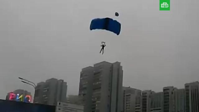 МВД показало видео с камеры парашютиста, спрыгнувшего с московской высотки.Москва, аресты, парашютный спорт, хулиганство.НТВ.Ru: новости, видео, программы телеканала НТВ
