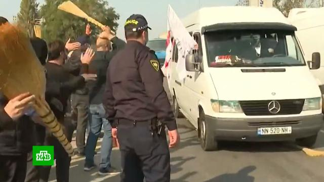 Автобусы со сторонниками Саакашвили по пути на митинг закидывают вениками.Грузия, Саакашвили, митинги и протесты.НТВ.Ru: новости, видео, программы телеканала НТВ