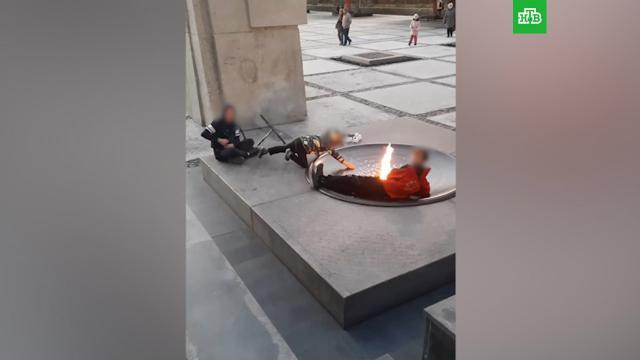 ВНовосибирске дети лежали учаши сВечным огнем икурили вейп.Новосибирск, вандализм, дети и подростки, памятники.НТВ.Ru: новости, видео, программы телеканала НТВ
