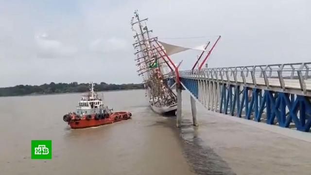 Парусник врезался в пешеходный мост в Эквадоре.Эквадор, кораблекрушения, корабли и суда.НТВ.Ru: новости, видео, программы телеканала НТВ