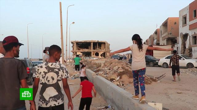 «Страну разрушили»: как живет Ливия после свержения режима Каддафи.Ровно 10 лет назад был убит полковник Муаммар Каддафи. Возле города Сирта авиация НАТО нанесла удар по колонне машин, после чего повстанцы захватили ливийского лидера, а затем долго и жестоко издевались над ним. Госсекретарь Хилари Клинтон, узнав об этом, сказала: «Это хорошая новость». Однако обещанный Вашингтоном переход от диктатуры к демократии так и не состоялся: ВВП страны упал вдвое, инфраструктура разрушена, не прекращается гражданская война.войны и вооруженные конфликты, Каддафи, Ливия.НТВ.Ru: новости, видео, программы телеканала НТВ