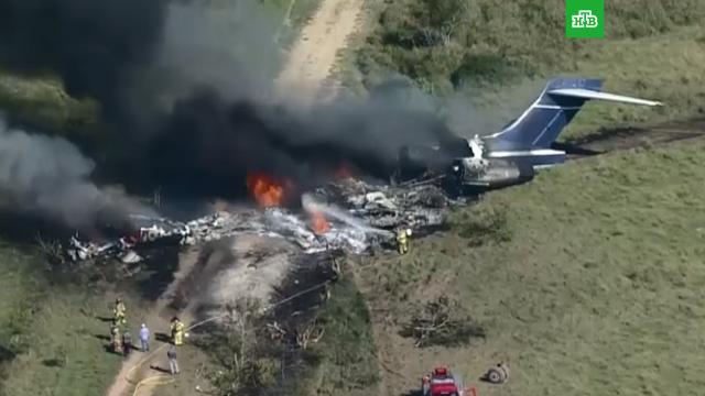Самолет с 21 пассажиром на борту упал в Техасе: видео.В американском штате Техас потерпел крушение самолет McDonnell Douglas DC с пассажирами на борту.США, авиационные катастрофы и происшествия.НТВ.Ru: новости, видео, программы телеканала НТВ