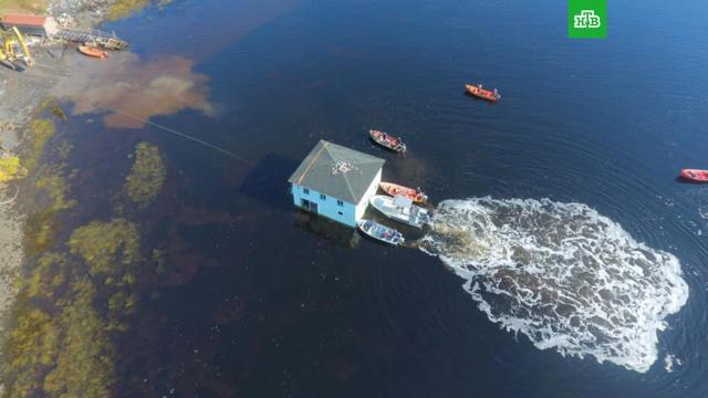 Пара из Канады переправила столетний дом на лодках через залив.Канада, дом.НТВ.Ru: новости, видео, программы телеканала НТВ