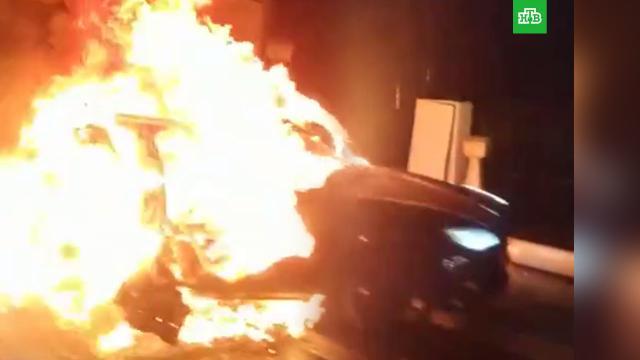 Tesla загорелась и разлетелась на куски после ДТП в Москве.ДТП, Москва, автомобили.НТВ.Ru: новости, видео, программы телеканала НТВ