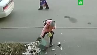 В Кемерове наградят школьницу, поднявшую опрокинутую пенсионером урну.Пенсионеру, перевернувшему урну у дома в Кемерове, грозит штраф, а девочку, которая подняла ее, наградят.Кемерово, МВД, дети и подростки, пенсионеры.НТВ.Ru: новости, видео, программы телеканала НТВ