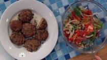 Тефтели всреднеазиатском стиле c салатом из помидоров иредьки.НТВ.Ru: новости, видео, программы телеканала НТВ