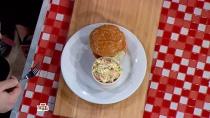 Вегетарианский бургер скотлетой из арабской чечевицы смятным соусом исочным томатом.НТВ.Ru: новости, видео, программы телеканала НТВ