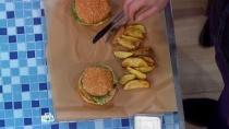 Классический бургер сговядиной, картофельными дольками исоусом «Блю чиз».НТВ.Ru: новости, видео, программы телеканала НТВ