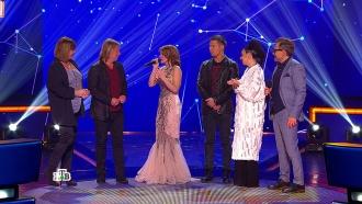 Чтобы поддержать Полину, судьи сами вышли на сцену, аЁлка рассказала участнице, как справиться сволнением