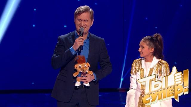 Пластика, вокал иямочки— обаятельная Карина очаровала жюри извезду шоу «Уральские пельмени»