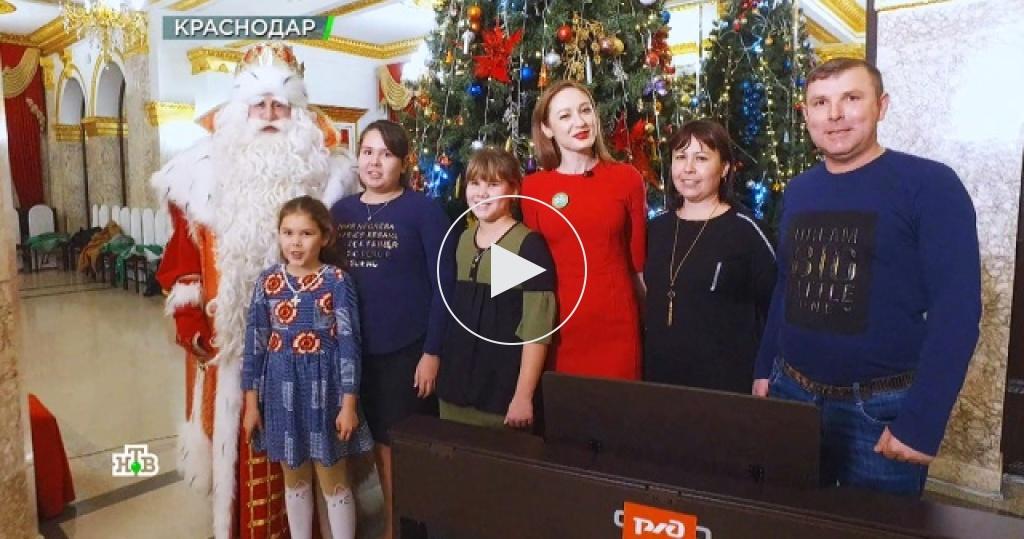 Дед Мороз вКраснодаре побывал на сказочном дежурстве, прочитал новогодний рэп иисполнил мечты детей