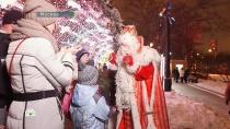 Сказочный караван Деда Мороза добрался до Москвы иокутал столицу зимним волшебством.НТВ.Ru: новости, видео, программы телеканала НТВ