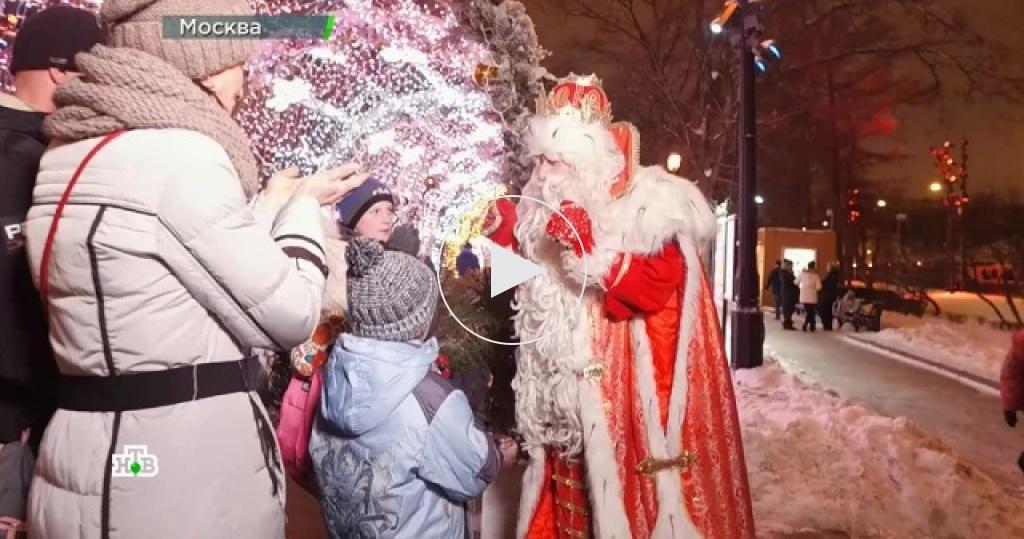 Сказочный караван Деда Мороза добрался до Москвы иокутал столицу зимним волшебством